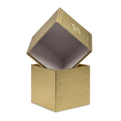 Cardboard box with the bottom and top having the same height, covered with paper on the exterior